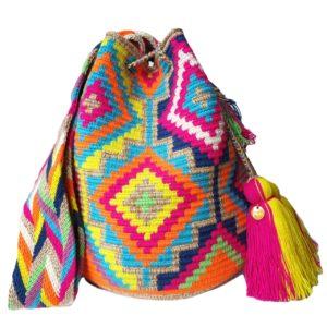 Ręcznie pleciony kolorowy worek Mochila w etniczne fluo wzory z różowymi chwostami w stylu surferskim, idealna torebka wakacyjna