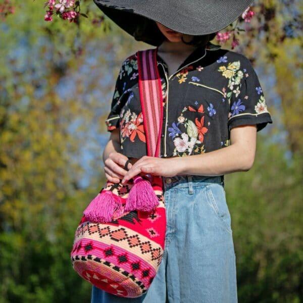mochila czewono różowa z etnicznymi wzorami i chwostami wakacyjna torebka oryginalna kolorowa