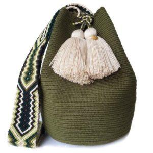 torebka w stylu mocho w kolorze militarnej zieleni z fędzlami i ręcznie plecionym paskiem