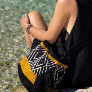 czarno biała torebka w stylu boho wakacyjna letnia