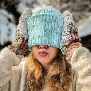 niebieska zimowa narciarska czapka beanie