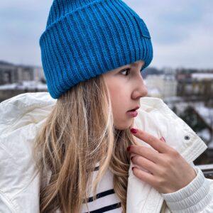 kobaltowa beanie czapka