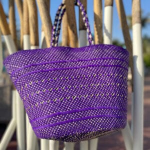 fioletowy wakacyjny kosz plażowy pleciony