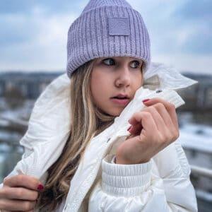 fioletowa czapka beanie