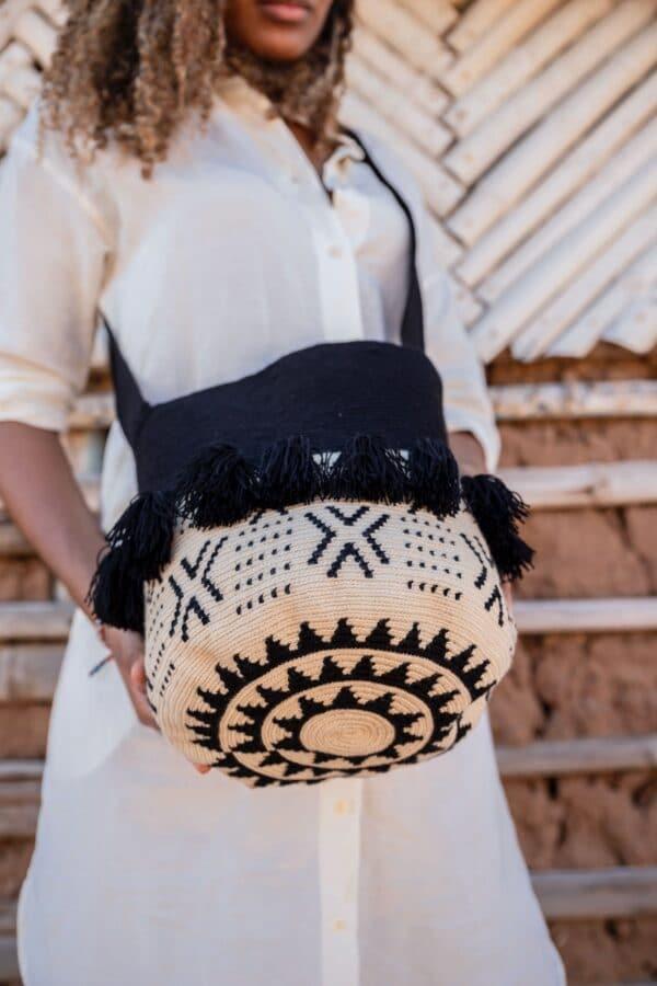 biało czarny worek mochila z frędzlami