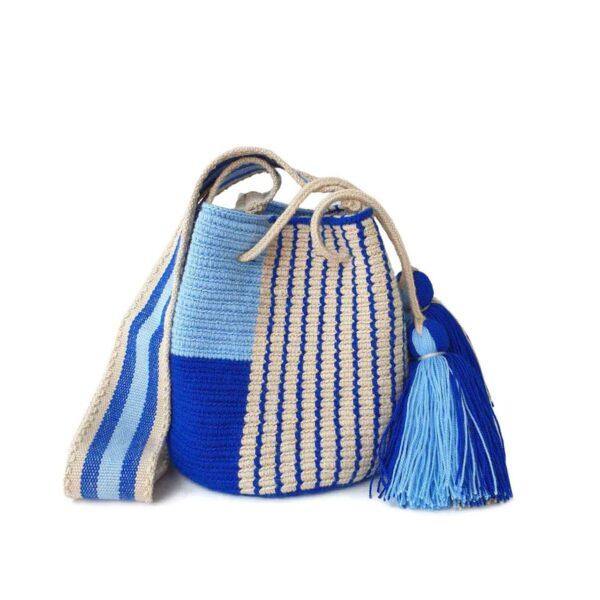 błękitna mini torebka w stylu boho z pomponami